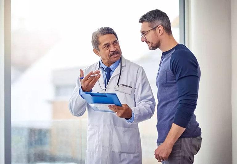 Đi gặp bác sĩ để điều trị xuất tinh sớm